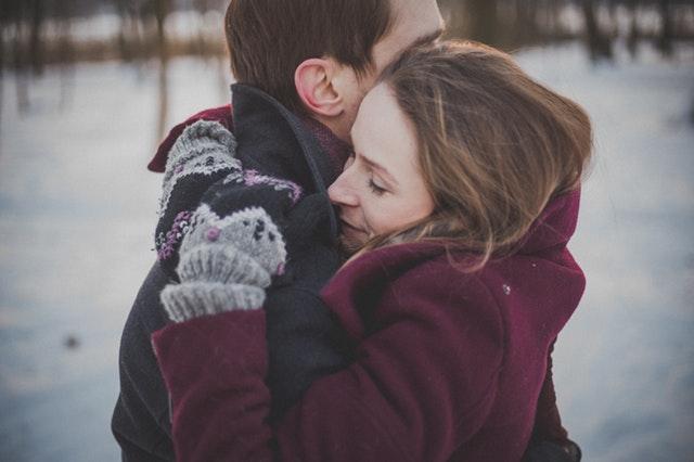 two-pers-hug