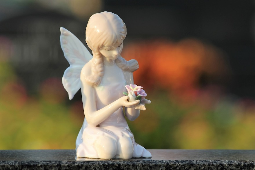 angel-with-roses-3754942_1280-1