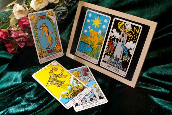 What is the Difference Between Oracle and Tarot Cards?